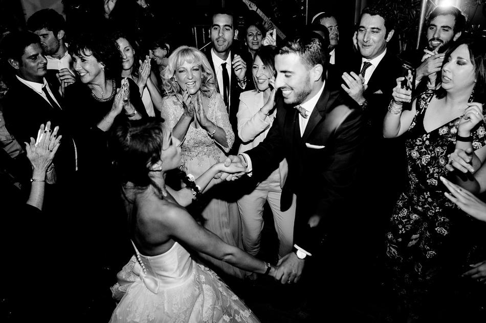 les mariés dansent au milieu de leurs invités