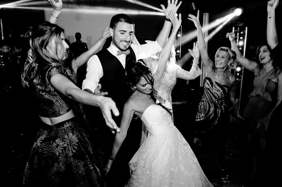les mariés font les fous sur le dancefloor