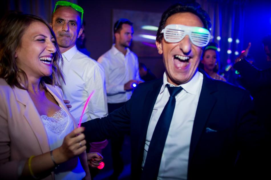 invités du mariage avec des lunettes rétro