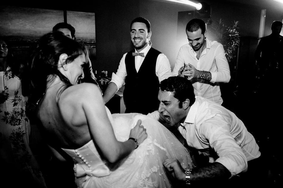 la mariée s'amuse avec ses invités