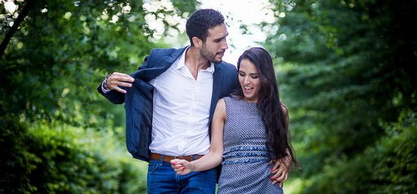 séance photos de couple dans un beau parc à Salon de Provence