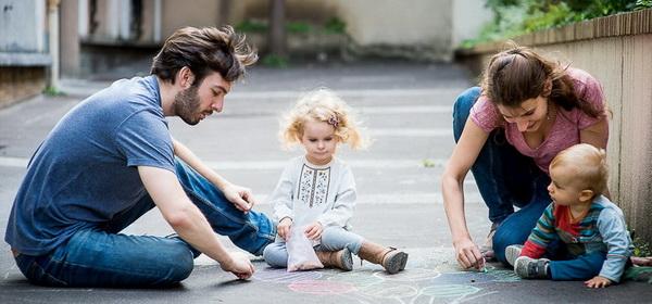 scène de vie de famille pour la page tarifs famille