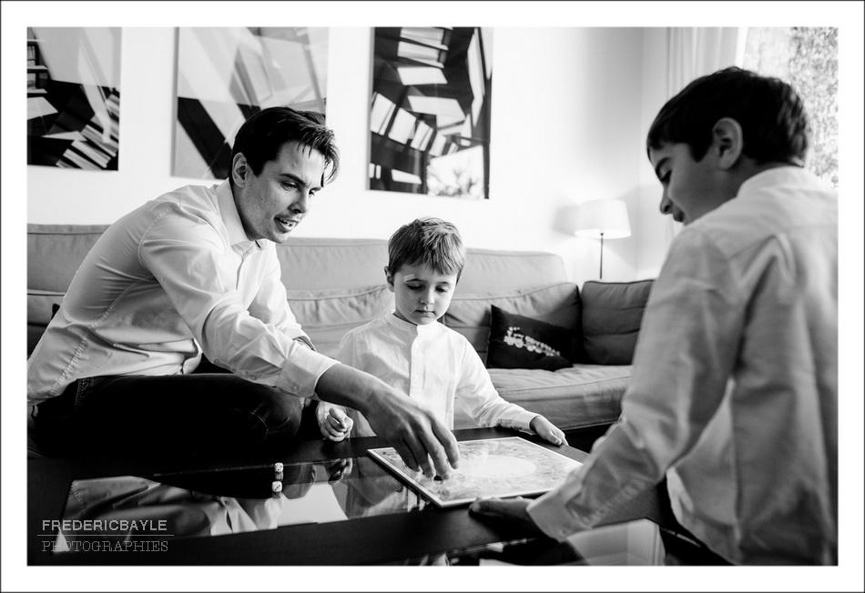 papa avec ses deux grands garçons