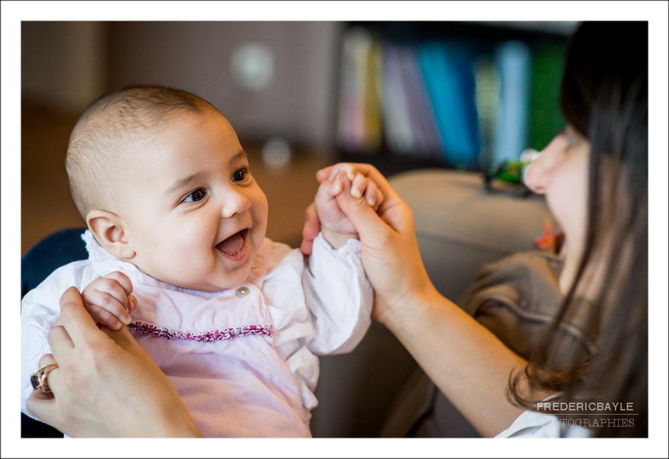 bébé faisant un grand sourire à maman