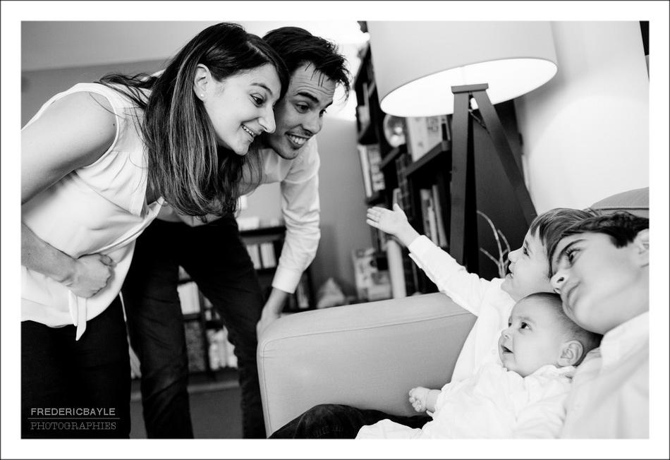 les enfants avec bébé pendant la séance photos