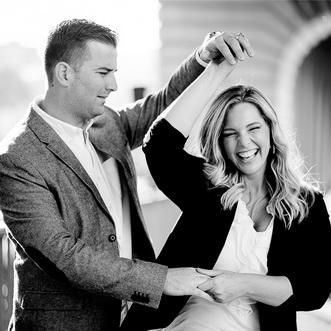 couple simulant une danse à Paris sur le Pont de Bir-Hakem