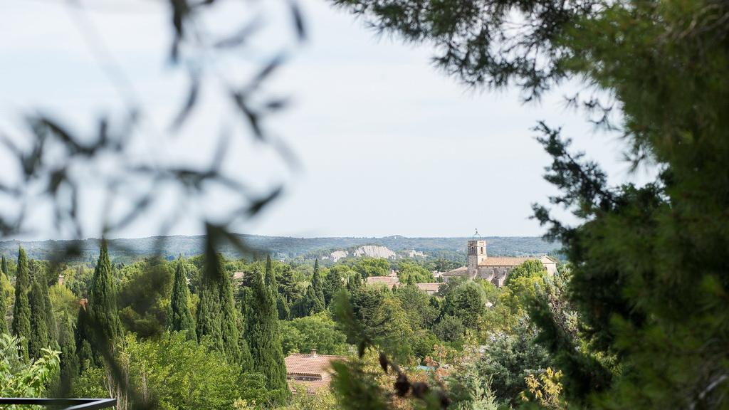 vue sur le massif des Alpilles en Provence et sur le clocher de l'église de Maussane-les-Alpilless